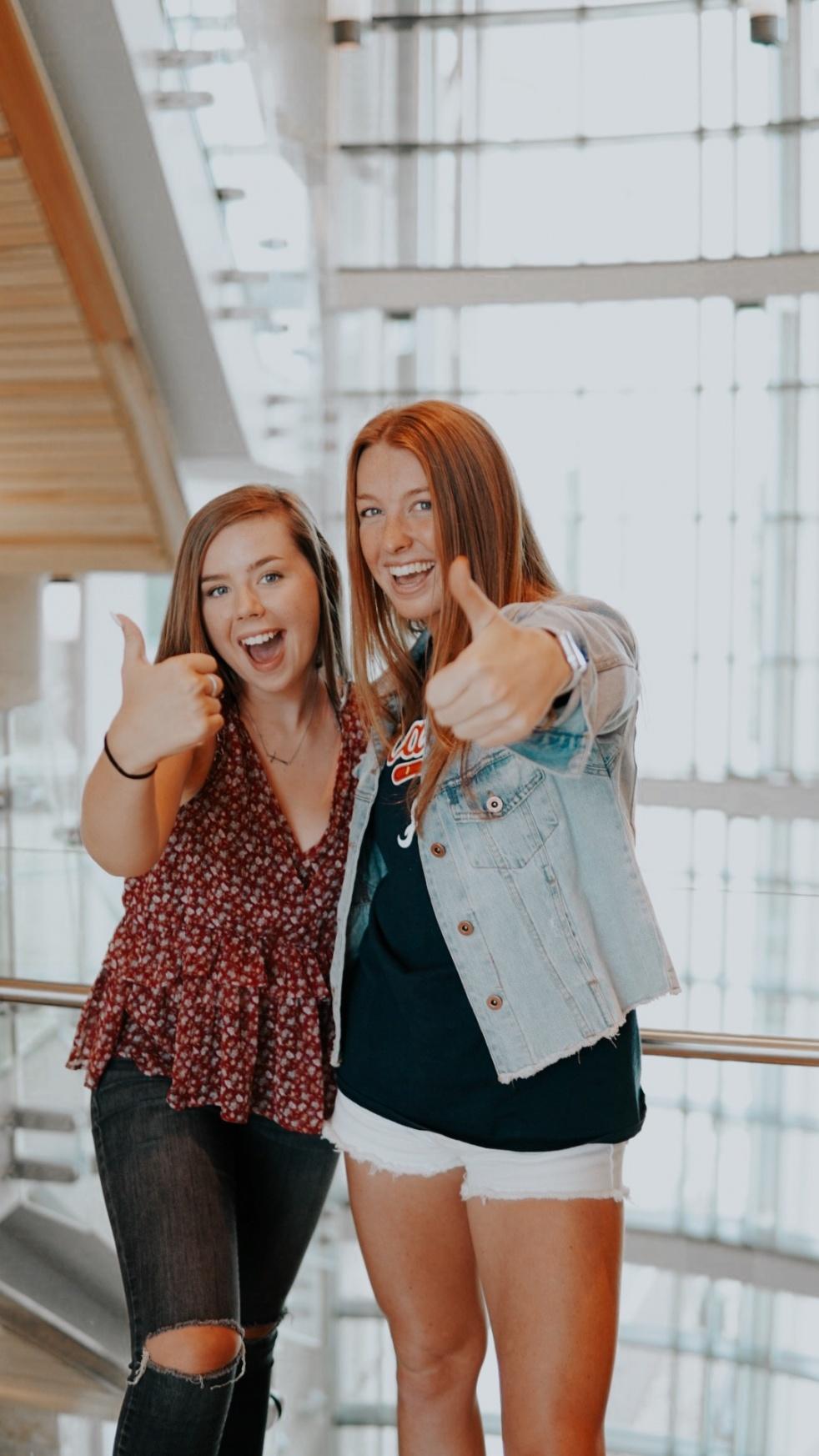 Hot Mic Podcast with Kelli & Corinne - imagen de portada